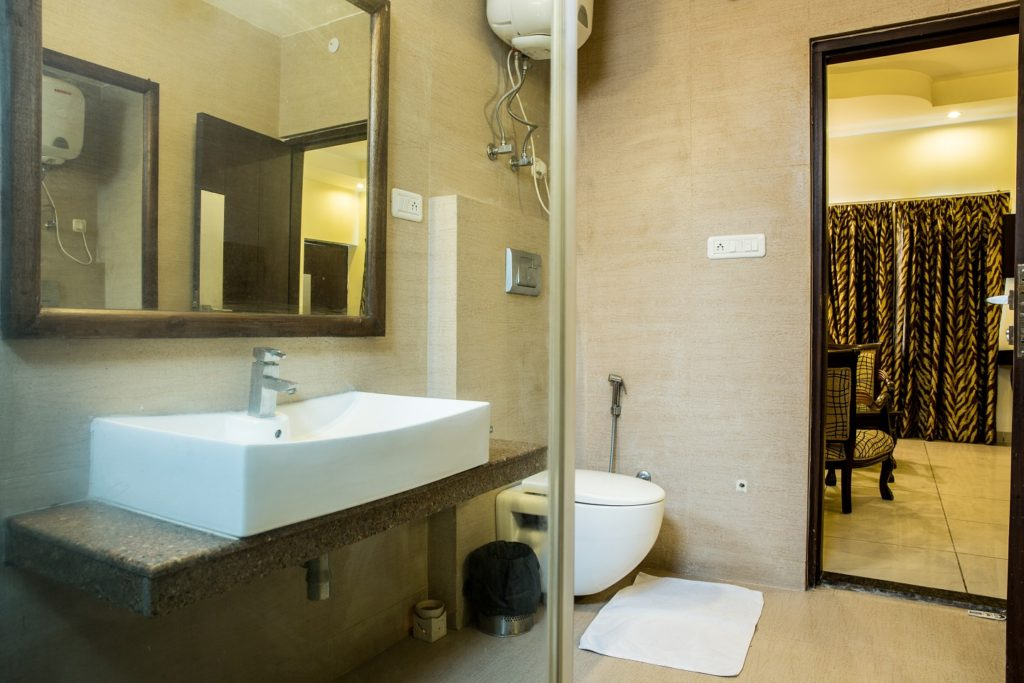 Aravali Resorts Luxury Room- Washroom